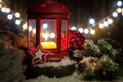Linterna de las decoraciones de la Navidad con la vela, las luces y el juguete Foto de archivo