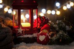Linterna de las decoraciones de la Navidad con la vela, las luces y el juguete Imágenes de archivo libres de regalías