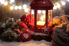 Linterna de las decoraciones de la Navidad con la vela, las luces y el juguete Imagen de archivo libre de regalías
