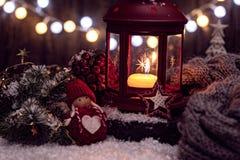 Linterna de las decoraciones de la Navidad con la vela, las luces y el juguete Fotos de archivo libres de regalías