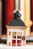 Linterna de madera decorativa en nieve fotografía de archivo libre de regalías