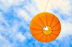 Linterna de papel contra el cielo Fotos de archivo