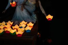 Linterna de papel en mano vietnamita de la mujer en la ciudad antigua de Hoi An, Vietnam Las linternas se fijan en el río como of Foto de archivo libre de regalías