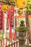 Linterna de piedra cubierta con el musgo verde en una pequeña capilla de Shozoku Inari del Shintoist fotos de archivo