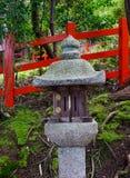Linterna de piedra japonesa en el jardín Imágenes de archivo libres de regalías
