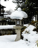 Linterna de piedra japonesa en la nieve Fotos de archivo
