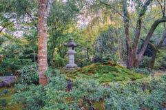 Linterna de piedra japonesa tradicional en el parque cerca de Kyoto Fotos de archivo libres de regalías