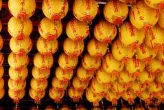 Linterna, decoración china en techo del templo. Fotografía de archivo