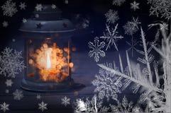 Linterna decorativa con una vela y los copos de nieve alrededor Foto oscura Imágenes de archivo libres de regalías