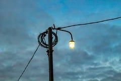 Linterna del alumbrado público por la tarde imagen de archivo