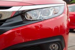 Linterna del coche de Redatory y capilla del coche de deportes potente con el rojo mate fotos de archivo libres de regalías