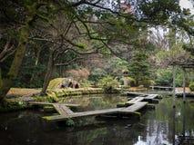 Linterna del jardín: Ajardinando y adorne el estilo de Japón del jardín Imagenes de archivo