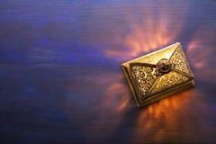 Linterna del Ramadán en fondo de madera azul marino Fondo de Ramadan fotografía de archivo libre de regalías