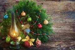 Linterna del vintage con la guirnalda de la Navidad Foto de archivo libre de regalías