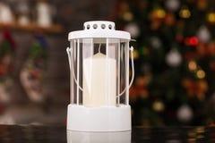 Linterna del vintage de la Navidad en la tabla de cristal Imágenes de archivo libres de regalías