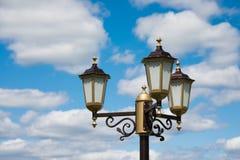 Linterna del vintage en fondo del cielo azul Foto de archivo libre de regalías