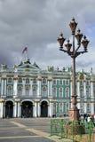 Linterna delante del palacio del invierno en St Petersburg Imagenes de archivo