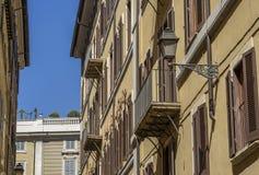 Linterna elegante de la calle del hierro labrado y de una pantalla de cristal encendido Foto de archivo