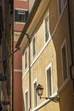 Linterna elegante de la calle del hierro labrado y de una pantalla de cristal encendido Foto de archivo libre de regalías