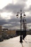 Linterna en el puente imagenes de archivo