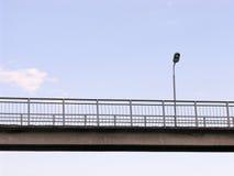 Linterna en el puente sobre la pista Imagen de archivo libre de regalías