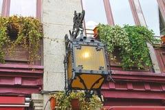 Linterna en la fachada de la casa vieja fotos de archivo libres de regalías