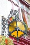Linterna en la fachada de la casa vieja fotografía de archivo libre de regalías