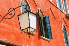 Linterna en la fachada de la casa italiana vieja fotografía de archivo libre de regalías
