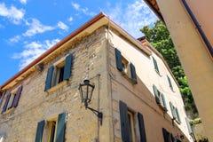 Linterna en la fachada de la casa italiana vieja fotografía de archivo