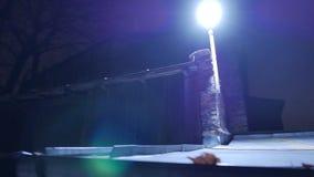 Linterna en la noche en la calle 4k UHD almacen de metraje de vídeo