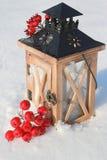 Linterna en nieve fotografía de archivo libre de regalías