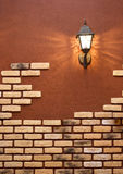 Linterna en una pared con una levantamiento de muros Imagen de archivo