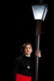 Linterna encendida mujer de la calle del cine negro foto de archivo libre de regalías