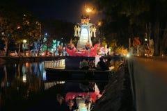 Linterna flotante de Krathong del gigante en fosa alrededor Fotografía de archivo libre de regalías