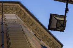 Linterna hermosa de la calle del hierro labrado y de una pantalla de cristal o Imagenes de archivo
