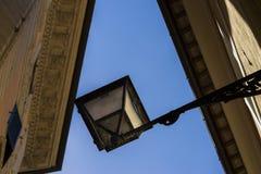 Linterna hermosa de la calle del hierro labrado y de una pantalla de cristal o Foto de archivo