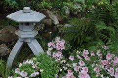 Linterna japonesa del jardín con las azaleas Fotografía de archivo libre de regalías