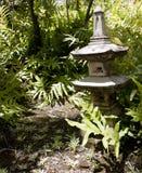 Linterna japonesa en un jardín Foto de archivo libre de regalías
