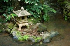 Linterna japonesa vieja cerca del agua imágenes de archivo libres de regalías