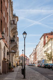 Linterna labrada en la calle de la ciudad europea vieja Imágenes de archivo libres de regalías