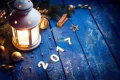 Linterna mágica en fondo de madera con la decoración de la Navidad Fotografía de archivo libre de regalías