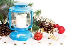 Linterna Nevado y bolas azules de la Navidad Foto de archivo