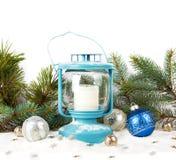 Linterna Nevado y bolas azules de la Navidad Fotografía de archivo