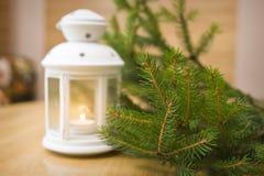Linterna Nevado y bolas azules de la Navidad en el fondo del abeto Imagen de archivo