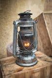 Linterna pasada de moda en la tabla de madera Lámpara del metal del estilo del vintage al aire libre Imagen de archivo