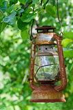 Linterna pintoresca del petróleo que cuelga en un manzano Fotos de archivo