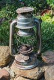 Linterna rústica vieja del aceite como decoración en un jardín fotos de archivo