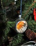 Linterna redonda anaranjada la Navidad del vintage juega en fondo del árbol del Año Nuevo Imagenes de archivo