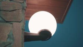 Linterna redonda blanca hermosa en la pared del edificio Luz de igualación hermosa misma