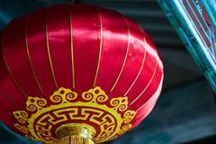 Linterna roja china con el modelo amarillo y de oro Imagenes de archivo